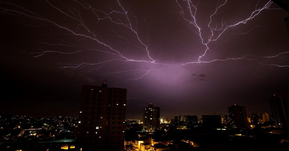 15.jan.2015 - Após forte chuva durante a noite desta quarta-feira (14), uma tempestade de raios iluminou o céu na região de São Caetano, no Grande ABC, São Paulo, durante a madrugada desta quinta-feira (15)