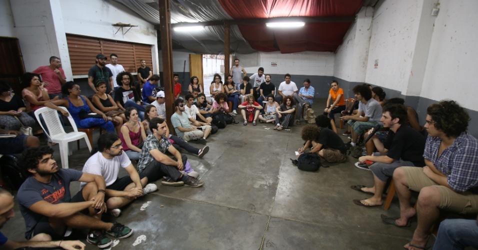 15.jan.2015 - Integrantes do Movimento Passe Livre de São Paulo se reúnem em espaço na rua Serra de Japi, no bairro do Tatuapé, na zona leste da capital paulista, para organizar o