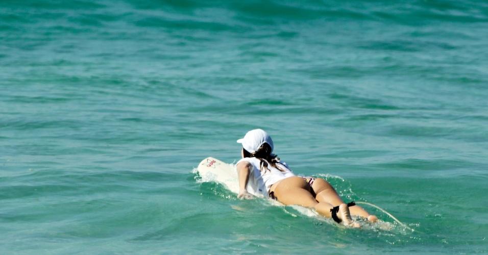 15.jan.2015 - Mulher aproveita a manhã desta quinta-feira (15) de sol e calor e surfa na praia da Barra da Tijuca, zona sul do Rio de Janeiro. Os termômetros devem chegar aos 37ºC