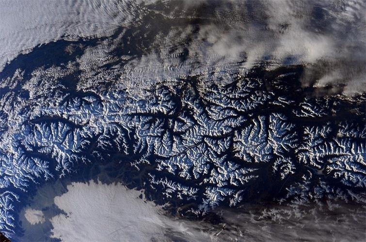 """15.jan.2015 - O astronauta Barry Eugene """"Butch"""" Wilmore fotografou os Alpes diretamente do espaço, da Estação Espacial Internacional (ISS, na sigla em inglês). Na imagem, as cordilheiras da Europa aparecem cobertas por neve"""