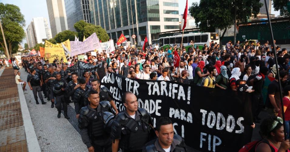 16.jan.2015 - Policiais monitoram nesta sexta-feira (16) protesto contra o aumento das passagens de transporte público realizado na Cinelândia, no centro do Rio de Janeiro