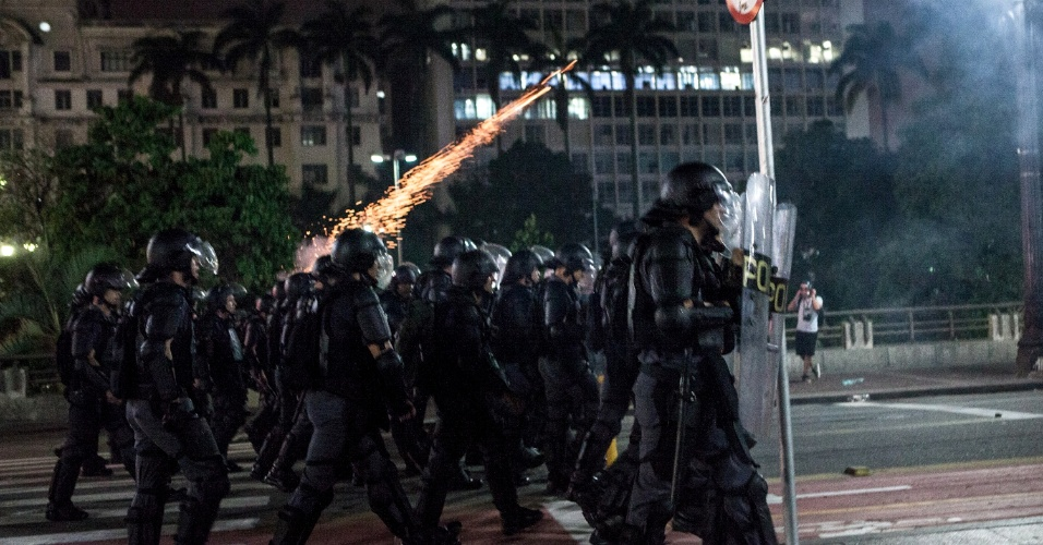 16.jan.2015 - Policial dispara bombas de gás lacrimogêneo contra manifestantes no viaduto do Chá, região central de São Paulo, durante ato convocado pelo MPL (Movimento Passe Livre) contra o aumento das tarifas do transporte público