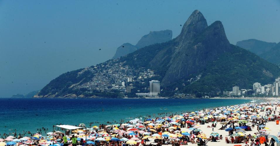 17.jan.2015 - Banhistas lotam a praia de Ipanema, no Rio de Janeiro, neste sábado (17) de sol e altas temperaturas