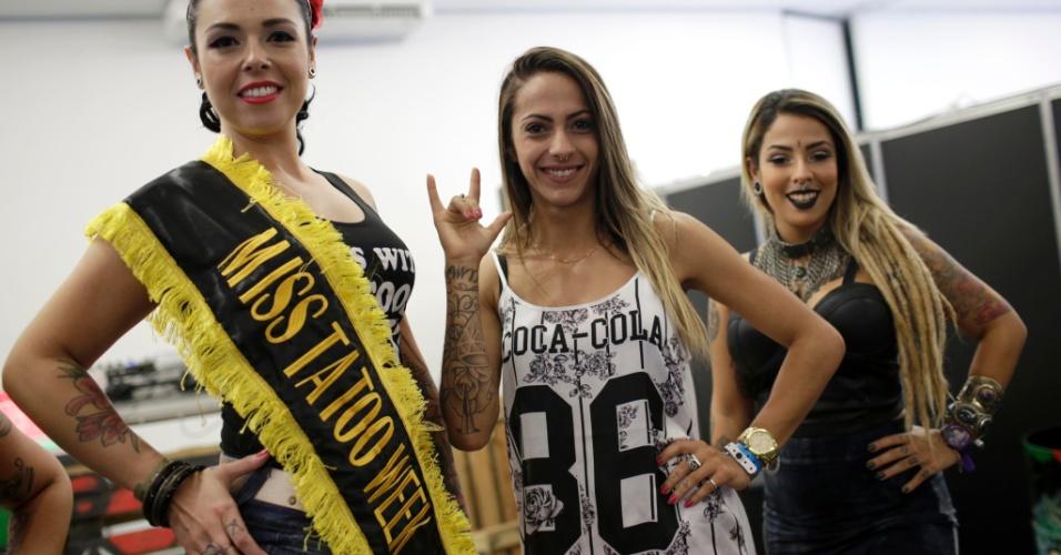 18.jan.2015 - A paulistana Silvia Santos, 30 anos, cabeleireira de Itu (SP), venceu o concurso Miss Tattoo 2015, realizado na Tattoo Week, no Centro de Convenções Sulamérica, no centro do Rio de Janeiro (RJ). Acima, Silvia posa ao lado das participantes Babi Colzário (centro) e Mariana Jeveaux (direita). A Tattoo Week é a maior feira brasileira de tatuagens