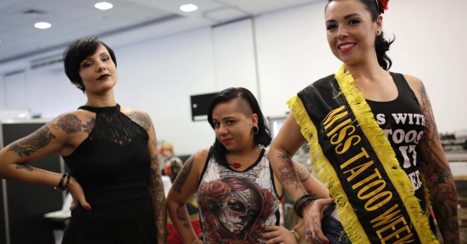 18.jan.2015 - A paulistana Silvia Santos (direita), 30 anos, cabeleireira de Itu (SP), venceu o concurso Miss Tattoo 2015, realizado na Tattoo Week, no Centro de Convenções Sulamérica, no centro do Rio de Janeiro (RJ). A Tattoo Week é a maior feira brasileira de tatuagens e também recebe apresentações musicas, de cosplay e modificações corporais