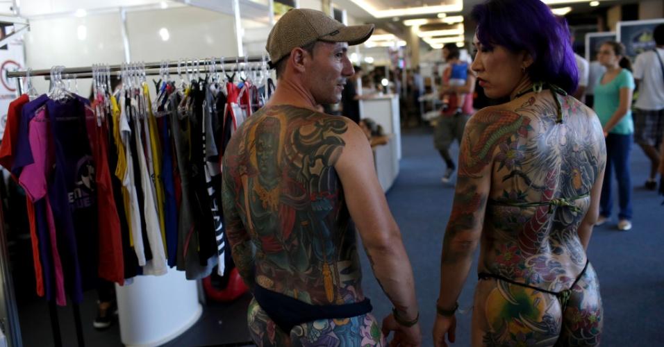 18.jan.2015 - Tatuados exibem desenhos nos corpos na Tattoo Week, no Centro de Convenções Sulamérica, no centro do Rio de Janeiro (RJ). O evento é a maior feira brasileira de tatuagens