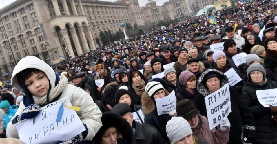18.jan.2015 ? Ucranianos se reúnem na praça da Independência em manifestação em memória das onze pessoas que morreram em bombardeio de um ônibus no dia 13 de janeiro. O ônibus fica atingido por foguete de longo alcance em Volnovakha, Donetsk, em um ataque que visava acertar uma barreira do exército ucraniano
