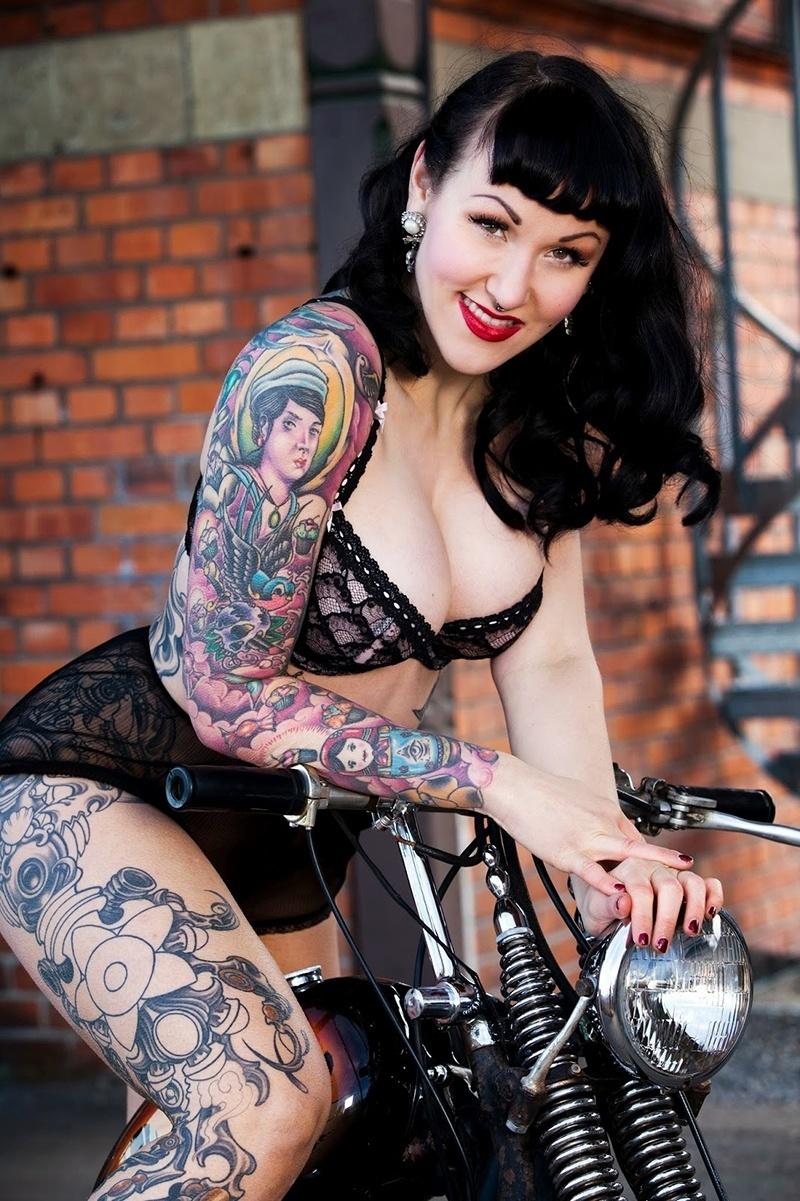 19.jan.2015 - Elegy Ellem é uma das artistas do chamado burlesco, que foi sensação durante a convenção de tatuagem de Londres. Em suas apresentações, ela exibe as tatuagens e movimentos sensuais de dança