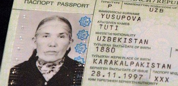 Imagem do passaporte de Tuti Yusupova, 134, declarada a mulher mais velha do Uzbequistão