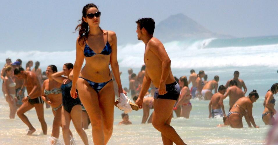 20.jan.2015 - Banhistas aproveitam dia de sol e calor na praia da Barra da Tijuca, no Rio de Janeiro, nesta terça-feira (20). Os termômetros marcavam 34º C no local