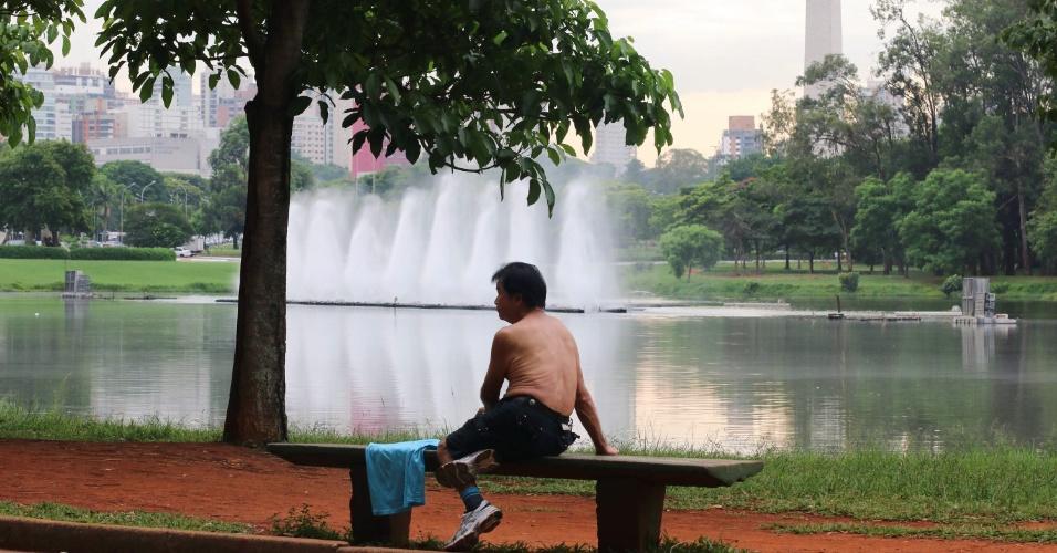 21.jan.2015 - Com o céu parcialmente nublado e os termômetros marcando 26ºC, paulistano aproveita o clima mais ameno que nos últimos dias para praticar esportes e descansar no Parque do Ibirapuera, em São Paulo