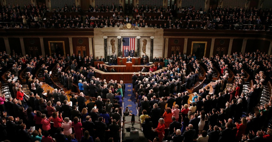 21.jan.2015 - O presidente dos Estados Unidos, Barack Obama, é ovacionado ao tomar sua posição no capitólio para o discurso anual do Estado da União, na noite desta terça-feira (20, já madrugada de quarta, 21, no horário de Brasília), em Washington