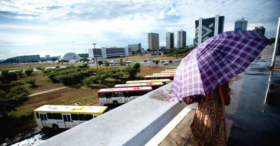 22.jan.2015 - Chuva ameniza calor de Brasília