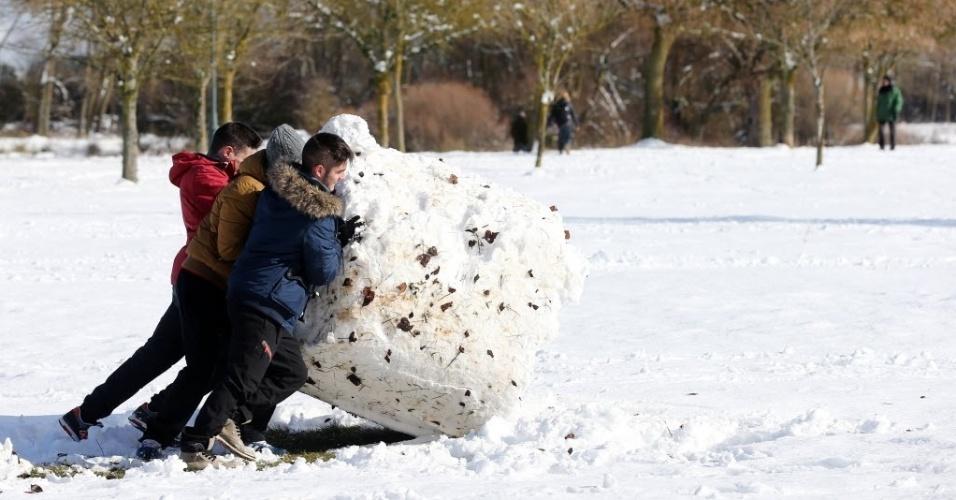 22.jan.2015 - Crianças empurram uma enorme bola de neve após uma forte nevasca em Burgos, na Espanha