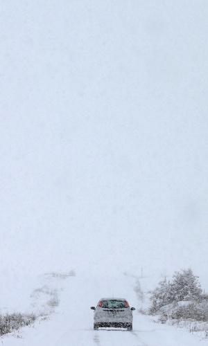 22.jan.2015 - Forte nevasca em Burgos, na Espanha, deixa estradas vazias