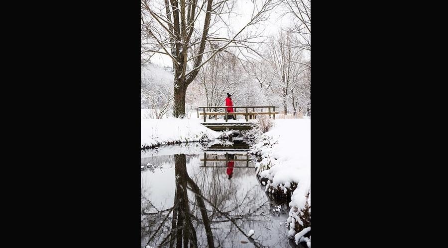 22.jan.2015 - Mulher caminha por ponte perto do lago Loetsjoen, em Sundbyberg, cidade sueca a noroeste de Estocolmo