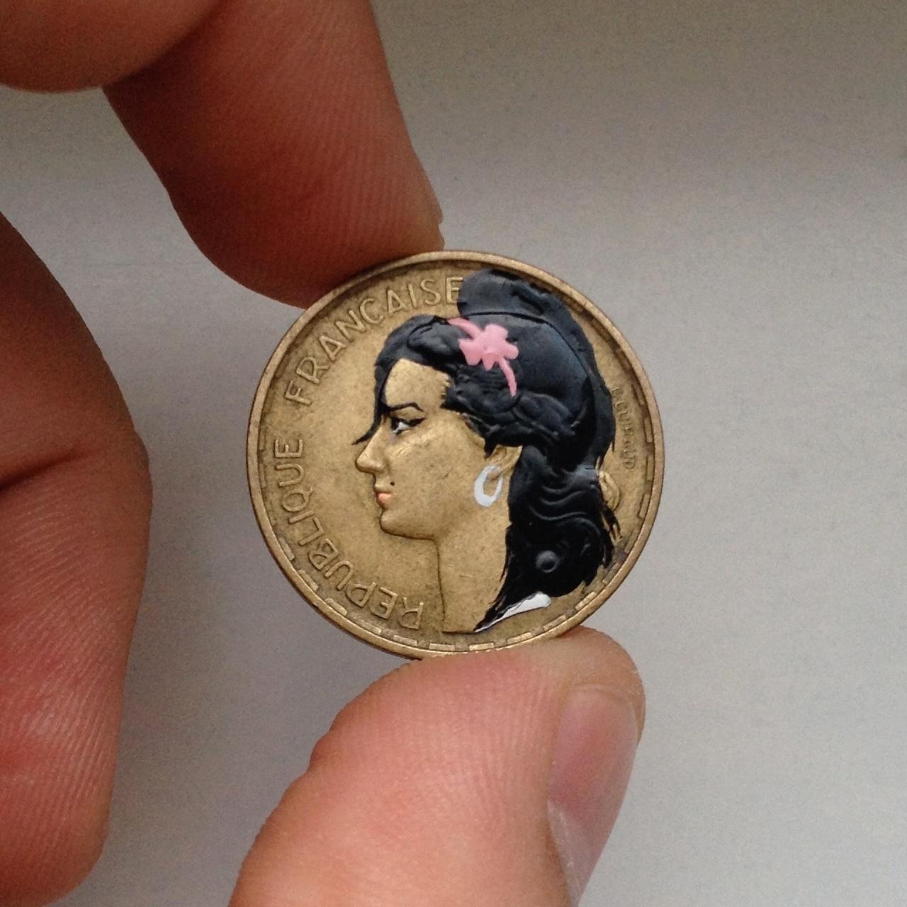 I say NO NO NO! A cantora britânica Amy Winehouse apareceu para embelezar esta moeda francesa