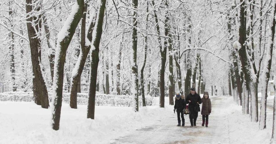 23.jan.2015 - Família caminha por parque coberto pela neve em Minsk, capital de Belarus, nesta sexta-feira (23)