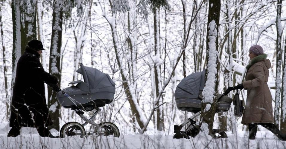 23.jan.2015 - Mães empurram carrinhos em um parque coberto pela neve em Minsk, em Belarus, nesta sexta-feira (23)