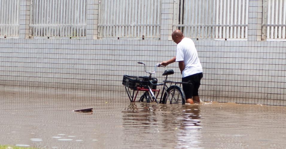 23.jan.2015 - A chuva forte que atingiu a região de Santos (SP) nesta sexta-feira (23), provocou pontos de alagamento e deixou o trânsito lento na entrada do município