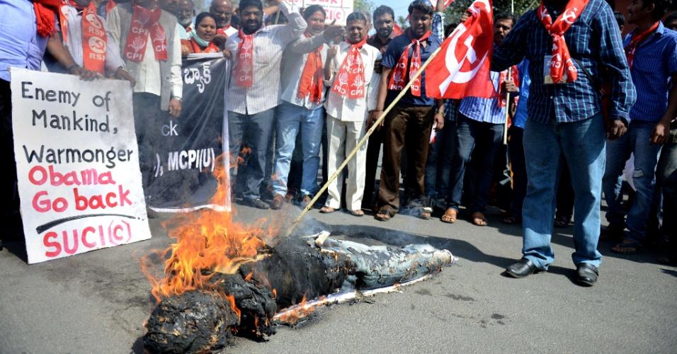 24.jan.2015 - Apoiadores do partido Centro de Unidade Socialista queimam boneco representando o presidente americano Barack Obama em Hyderabad, na Índia. O protesto é contra a visita de Obama ao país