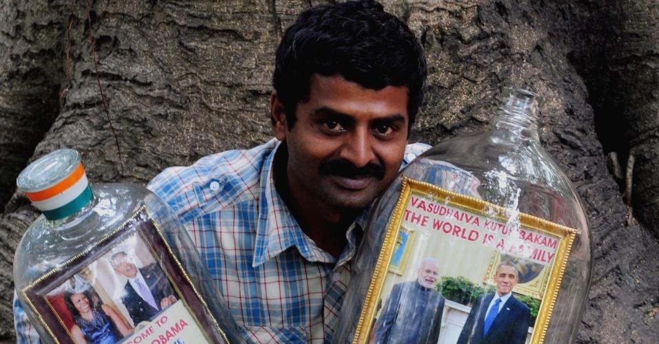24.jan.2015 - Artista indiano Basavaraj exibe foto do presidente americano Barack Obama junto com Narendra Modi, primeiro ministro da Índia dentro de garrafa de dez litros. Obama vai ser o convidado de honra do desfile do Dia da República indiano