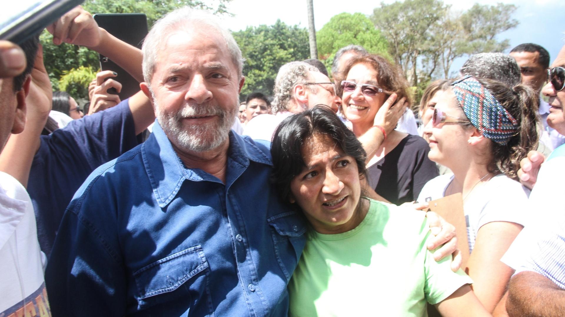 24.jan.2015 - O ex-presidente Luiz Inácio Lula da Silva visitou na tarde deste sábado a Festa de Alasitas, em São Paulo. O evento da comunidade boliviana segue o costume milenar andino e é a celebração em louvor a Ekeko, o deus da abundância