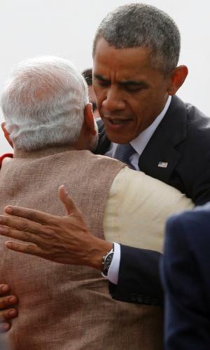 25.jan.2015 - O presidente dos EUA, Barack Obama, abraça o primeiro-ministro da Índia, Narendra Modi, ao desembarcar em Nova Deli neste domingo (25). Em uma nova tentativa de tornar a Índia um parceiro estratégico, Obama chegou à capital para uma visita altamente simbólica para ambos mandatários, já que Modi há um ano era persona non grata em Washington