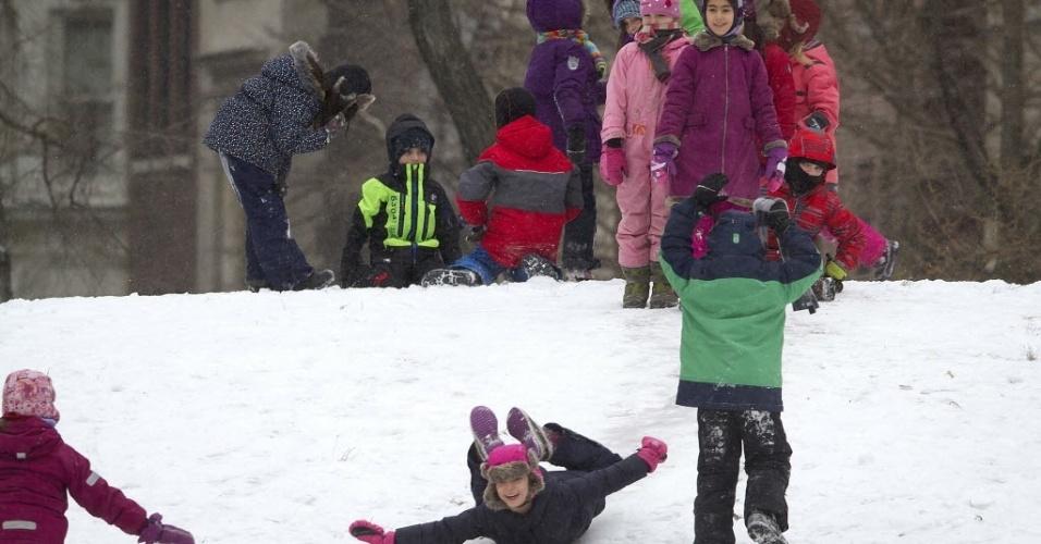 26.jan.2015 - Crianças brincam na neve no Central Park, em Nova York. A costa leste dos Estados Unidos (da cidade de Filadélfia, passando por Nova York e seguindo até o Estado do Maine) se prepara para uma nevasca possivelmente histórica, que despejaria mais de um metro de neve sobre a região, além de prejudicar o transporte de milhões de pessoas