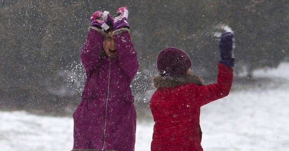 26.jan.2015 - Crianças brincam na neve no Central Park, em Nova York. A costa leste dos Estados Unidos (da cidade de Filadélfia, passando por Nova York e seguindo até o Estado do Maine) se prepara para uma nevasca possivelmente histórica, que despejaria mais de um metro de neve na região, além de prejudicar o transporte de milhões de pessoas