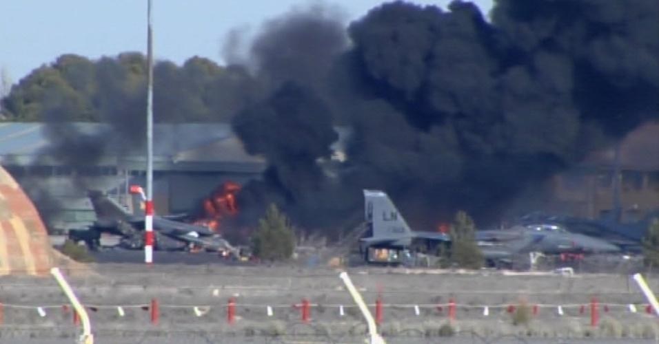 26.jan.2015 - Dez pessoas morreram e outras 13 ficaram feridas nesta segunda-feira quando um F-16 grego caiu ao decolar em uma base aérea militar do sudeste da Espanha, segundo um porta-voz do ministério da Defesa