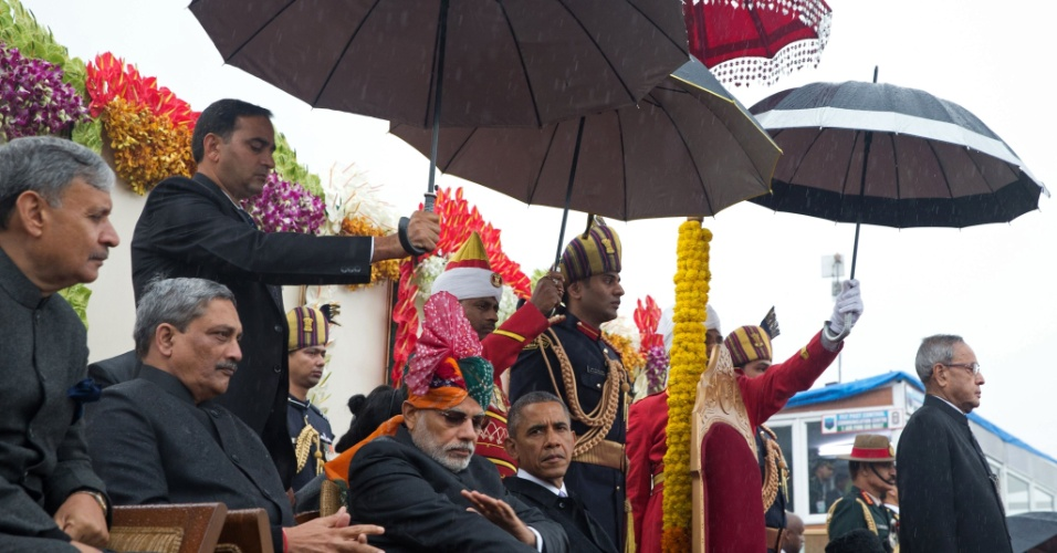 26.jan.2015 - O primeiro-ministro da Índia, Narendra Modi (ao centro), recebe o presidente dos EUA, Barack Obama, sob chuva em cerimônia comemorativa do Dia da República em Nova Déli, capital do país asiático, nesta segunda-feira (26). A visita de Obama à Índia é mais um sinal indicativo da crescente proximidade entre os países