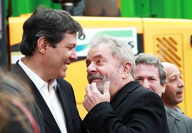 16.jul.2014 - O ex-presidente Lula e o prefeito Fernando Haddad conversam durante evento na zona sul de São Paulo