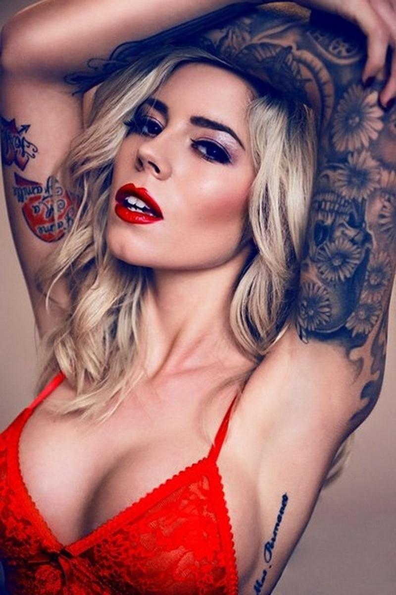 27.jan.2015 - A modelo Ellis Cooper é uma das estrelas das convenções internacionais de tatuagem. Em Londres, ela fez vários shows em que mistura movimentos sensuais e um guarda-roupa que destaca suas tatuagens
