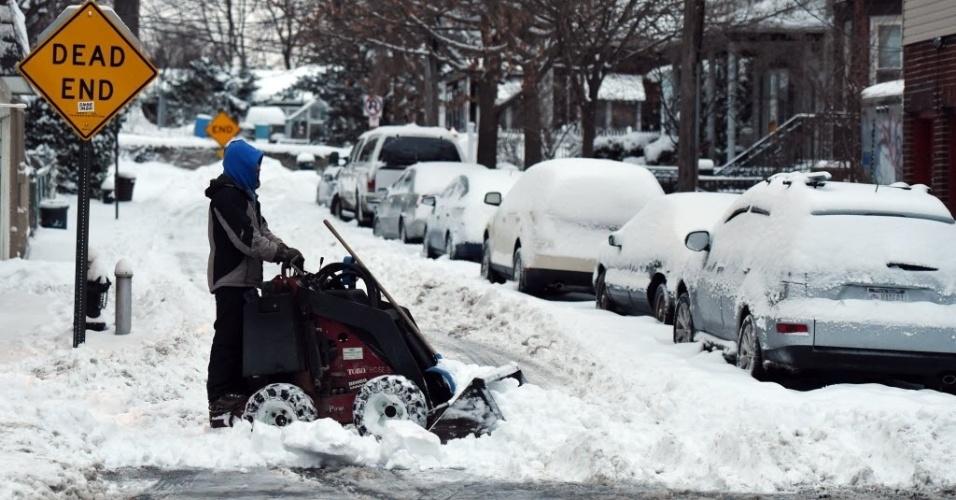 27.jan.2015 - Americano retira neve de calçada com o auxílio de uma máquina, no Bronx, bairro de Nova York (EUA). Milhões de americanos foram afetados ao longo da costa nordeste depois de uma tempestade de neve paralisar Nova York e outras grandes cidades