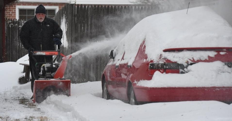27.jan.2015 - Americano usa máquina para retirar a neve de sua garagem, no Bronx, bairro de Nova York (EUA). Milhões de americanos foram afetados ao longo da costa nordeste depois de uma tempestade de neve paralisar Nova York e outras grandes cidades