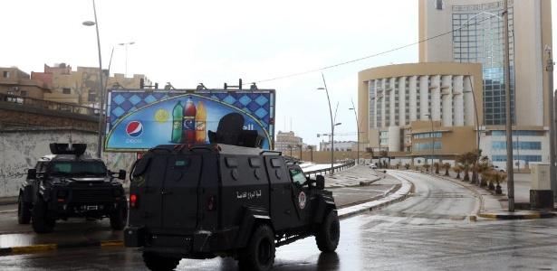 Forças de segurança da Líbia cercam o hotel Corinthia, em Trípoli