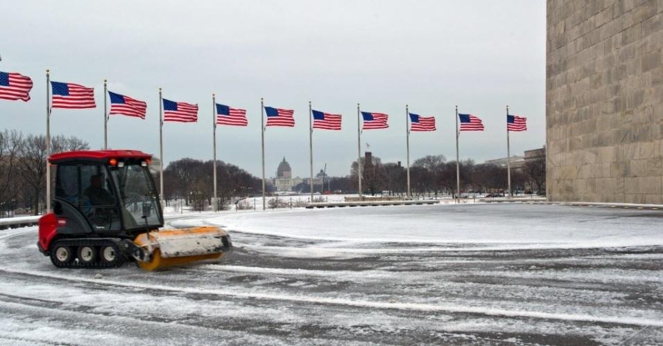 27.jan.2015 - Funcionário da agência americana de proteção de parques National Park Service retira a neve acumulada em torno de um monumento da sede, em Washington DC (EUA). Milhões de americanos foram afetados ao longo da costa nordeste depois de uma tempestade de neve paralisar Nova York e outras grandes cidades