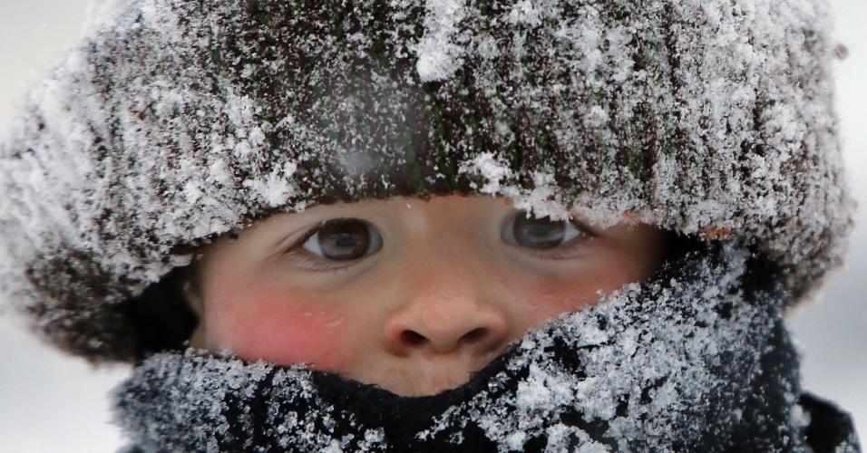 27.jan.2015 - O menino Will Annicchiarico se protege contra o frio para brincar na neve no Upper East Side de Nova York, após tempestade que atingiu a costa leste dos Estados Unidos. A nevasca não foi tão intensa em Nova York, mas outros Estados chegaram a declarar estado de emergência