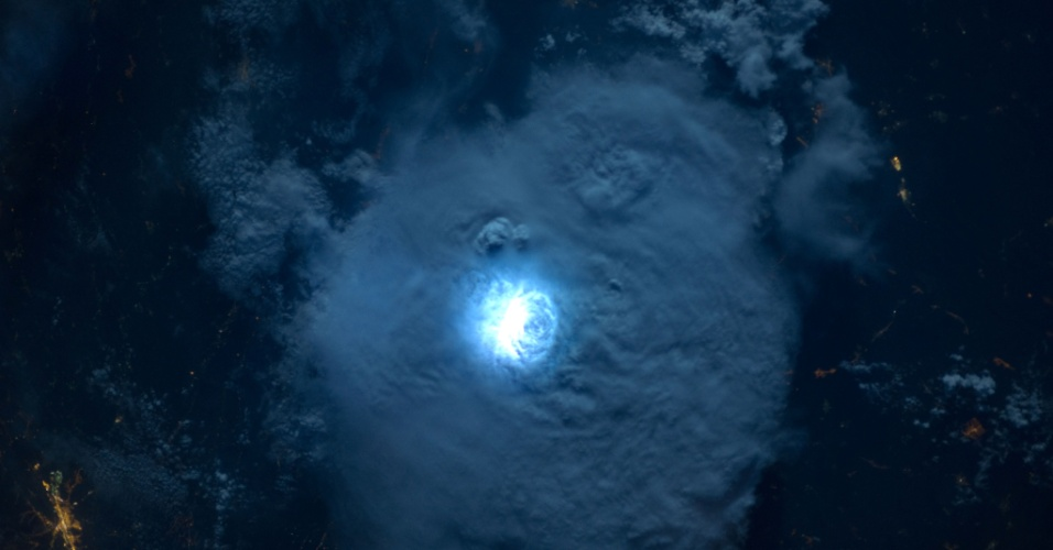 27.jan.2015 - Luz provocada por relâmpagos na Terra é vista do espaço, da Estação Espacial Internacional (ISS, na sigla em inglês), a uma distância de 400 km. A imagem foi feita em 2012