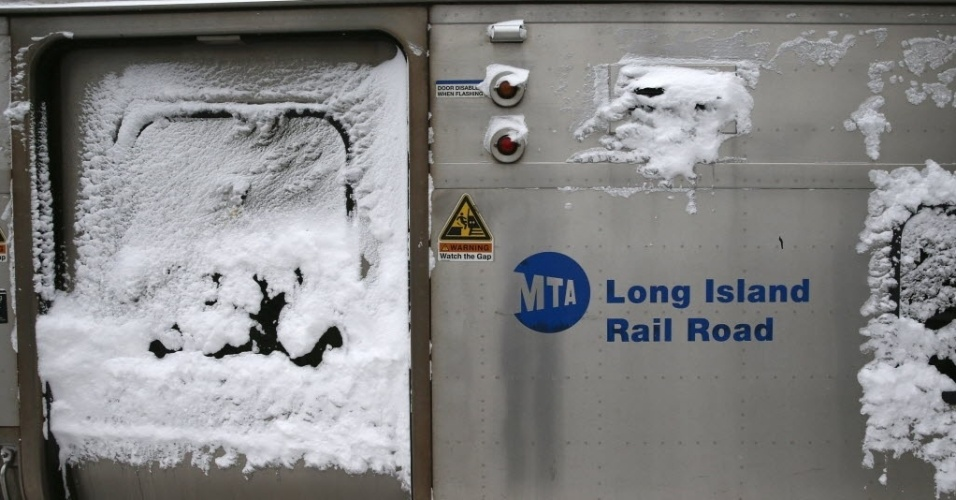 27.jan.2015 - Um trem da companhia Long Island Railroad, com a porta coberta de gelo, é estacionado na estação de Port Washington, em Nova York (EUA). Uma nevasca varreu o nordeste dos Estados Unidos, acumulando mais de 30 cm de neve nas ruas. Trabalhadores e estudantes ficaram em casa após autoridades proibirem carros nas estradas e fecharem os trens do metrô