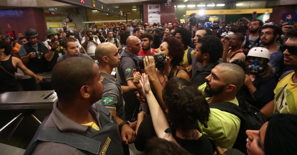 27.jan.2015 - A Polícia Militar usou bombas de gás dentro da plataforma da estação de metrô Faria Lima, na zona oeste de São Paulo, após protesto pacífico contra a tarifa no transporte público nesta terça-feira (27). Segundo o Twitter da PM, a ação policial aconteceu porque manifestantes teriam feito um cordão de isolamento para impedir usuários de acessar o metrô. Após o tumulto, a estação chegou a ser fechada para os usuários, mas foi reaberta depois