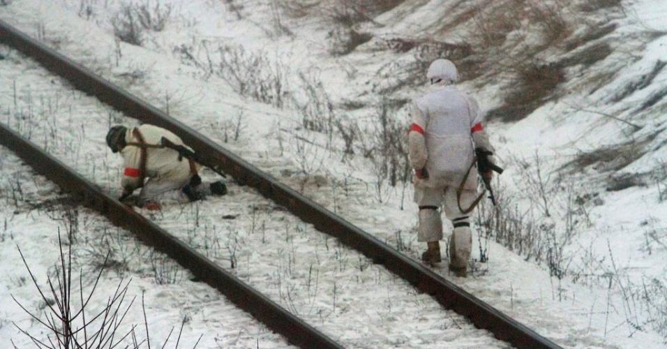 28.jan.2015 - Militares ucranianos do batalhão de voluntários de Donbass colocam explosivos em uma ferrovia durante operação em uma vila da região de Lugansk (no leste da Ucrânia), controlada por separatistas pró-Rússia. Pelo menos 16 civis morreram e 114 ficaram feridos por bombardeios de artilharia e disparos de mísseis nas últimas 24 horas em Lugansk, segundo informações de separatistas