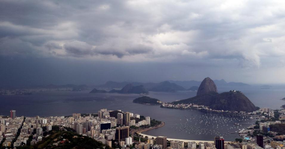 28.jan.2015 - Nuvens carregadas encobrem o céu sobre a Baía de Guanabara, no Rio de Janeiro, nesta quarta-feira (6)