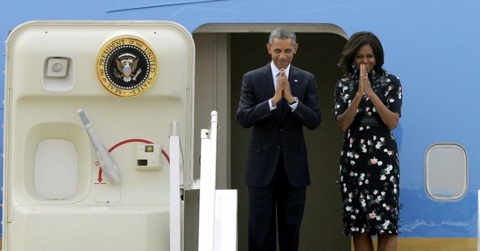 28.jan.2015 - O presidente americano, Barack Obama, e a primeira-dama, Michelle Obama, se despedem nesta quarta-feira (28) antes de embarcarem no Air Force One, no aeroporto de Nova Déli, na Índia. Na terça-feira (27), Obama visitou a Arábia Saudita para dar os pêsames ao novo rei pela morte do meio-irmão e conversar sobre política e diplomacia
