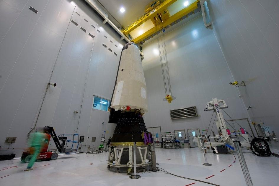 28.jan.2015 - PREPARAÇÃO PARA TESTE - A IXV, uma nave espacial não tripulada da ESA (agência espacial europeia), é colocada em um adaptador que irá acoplá-la no foguete Vega no porto espacial europeu, na Guiana Francesa. O veículo será lançado e depois reentrará a atmosfera para testar o paraquedas e as tecnologias da nave