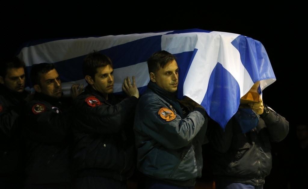 28.jan.2015 - Soldados carregam nesta quarta-feira (28) o caixão de um dos oficiais gregos morto na queda de um caça F16 da Otan (Organização do Tratado do Atlântico Norte) em Albacete, na Espanha. O acidente que ocorreu em 26 de janeiro e deixou 11 mortos e 18 feridos, entre os quais 12 italianos