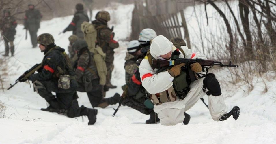 28.jan.2015 - Soldados ucranianos do batalhão de voluntários de Donbass realizam nesta quarta-feira uma operação para expulsar separatistas pró-Rússia de uma vila da região de Lugansk (no leste da Ucrânia). Pelo menos 16 civis morreram e 114 ficaram feridos por bombardeios de artilharia e disparos de mísseis nas últimas 24 horas em Lugansk, segundo informações de separatistas