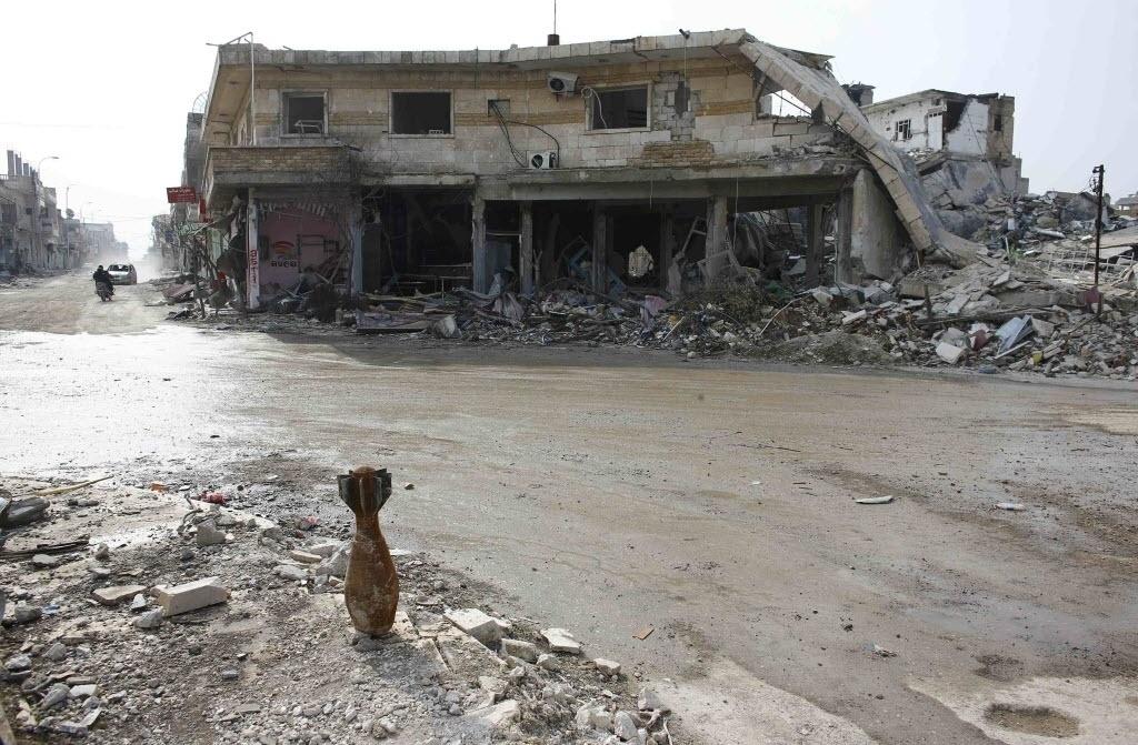 28.jan.2015 - Um morteiro é fotografado em uma rua da cidade síria de Kobani, nesta quarta-feira (28). As forças curdas entraram em confronto com integrantes do Estado Islâmico na terça-feira, um dia após afirmarem ter tomado o controle da cidade depois de quatro meses de batalha. Conhecido como Ayn al Arab em árabe, a cidade de maioria curda, localizada perto da fronteira com a Turquia, tornou-se foco da luta internacional contra o grupo jihadista