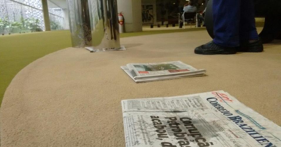 29.jan.2015 - Chuva forte fez brotar dezenas de goteiras no Salão Verde da Câmara dos Deputados, em Brasília. A chuva, que cai desde a madrugada, também provocou alagamentos e acidentes de trânsito na cidade
